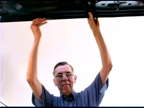 senior man - endast en pensionärsman bildbanksvideor och videomaterial från bakom kulisserna