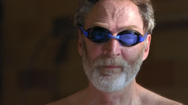 vídeos de stock e filmes b-roll de cu senior man wearing swimming goggles / seattle, washington, usa - só um homem idoso