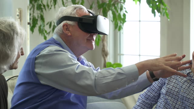 senior man wearing virtual reality headset. - 祖父点の映像素材/bロール