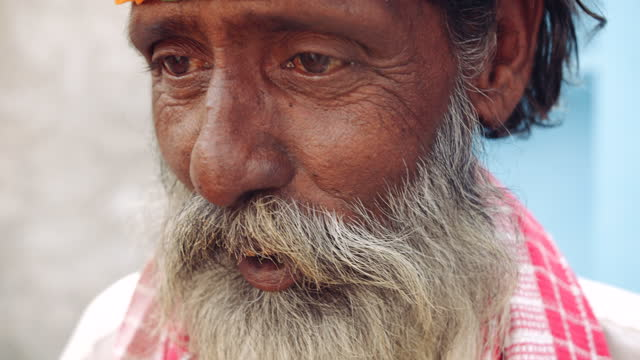 senior man with a long white beard speaks to someone off screen - human face video stock e b–roll