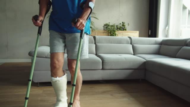足の骨折した先輩男性 - 骨折点の映像素材/bロール
