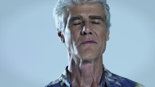 vidéos et rushes de senior man with eyes closed, close up - yeux fermés