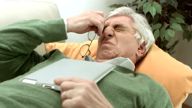 vídeos y material grabado en eventos de stock de hd: senior hombre con los ojos cansados - frotar