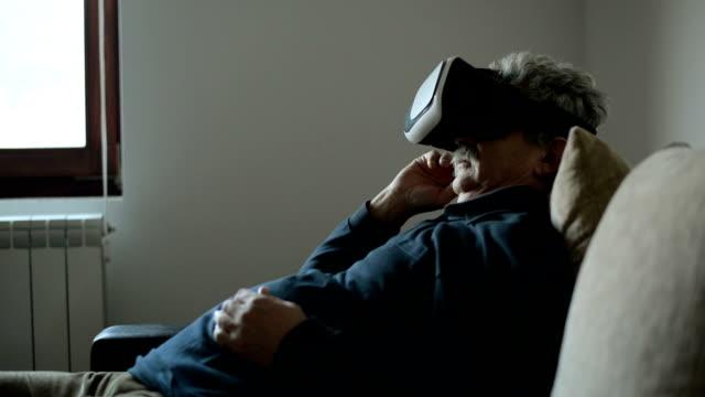 Senior man met VR-bril