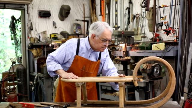 vídeos y material grabado en eventos de stock de senior hombre trabajando solo en su taller. - carpintero