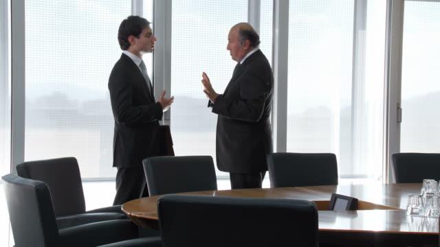 vídeos de stock e filmes b-roll de hd: gestor sénior aconselhar a sua assistente - business relationship