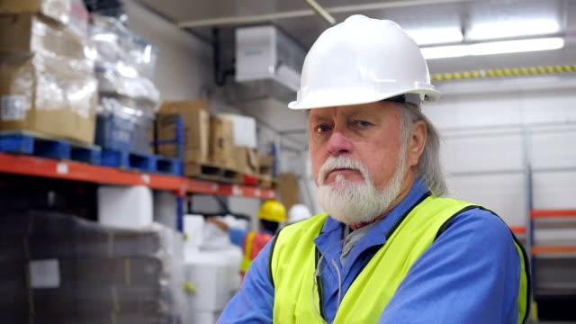 Ältere manager in Auslieferungslager frustriert mit Arbeit