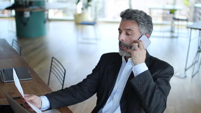 vídeos de stock, filmes e b-roll de gerente sênior no telefone no escritório - só um homem