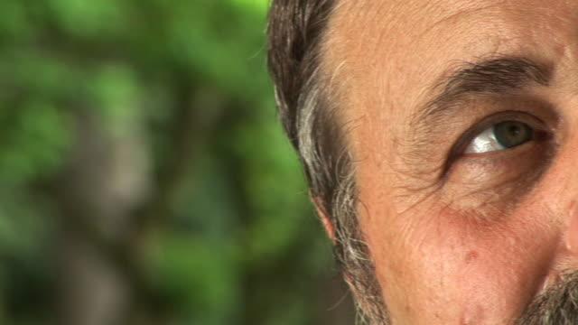 vídeos de stock e filmes b-roll de hd: idoso de olhos - olhar de lado