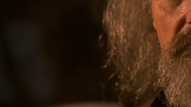 hd: alter mann gesicht - langes haar stock-videos und b-roll-filmmaterial