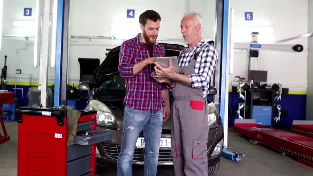 Senior-Mechaniker bei der Arbeit in seiner Garage mit custom