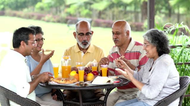 vídeos y material grabado en eventos de stock de senior men and senior women eating breakfast at home, delhi, india - vecinos
