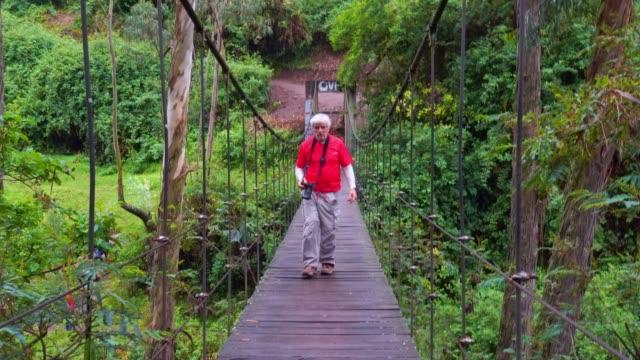 stockvideo's en b-roll-footage met senior mannen op suspension bridge - ecuador