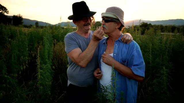 Ältere Männer rauchen Joints