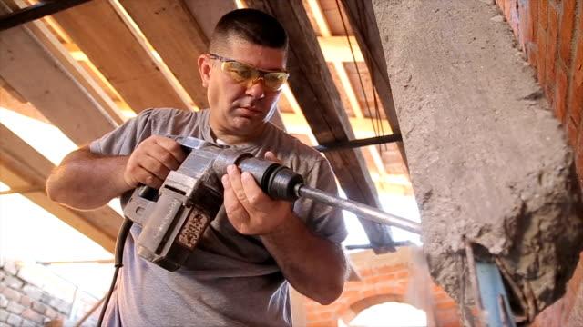 ältere männer mit großen bohrer für beton - messen stock-videos und b-roll-filmmaterial
