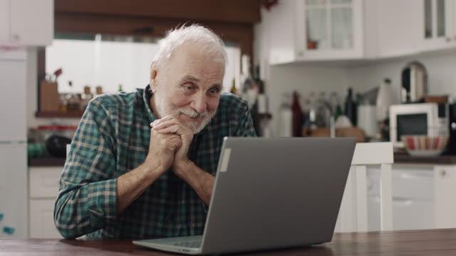 vídeos y material grabado en eventos de stock de hombres mayores que usan computadora portátil - hombres mayores