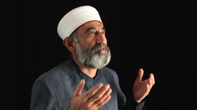 Sénior de religião muçulmana a rezar fantasia de Imã