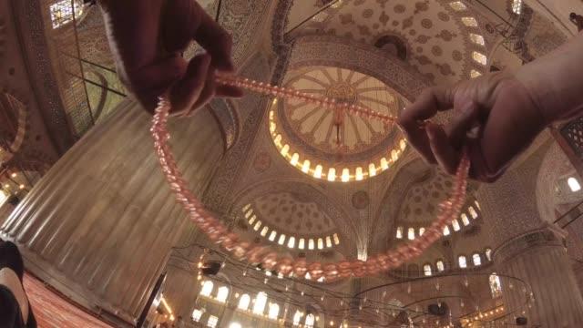 vídeos y material grabado en eventos de stock de hombre musulmán mayor con rosario rezando - dios