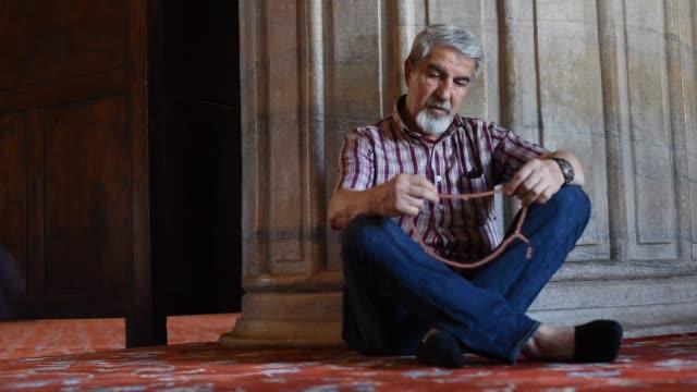 senior muslimischen mann mit rosenkranz beten - vollbart stock-videos und b-roll-filmmaterial