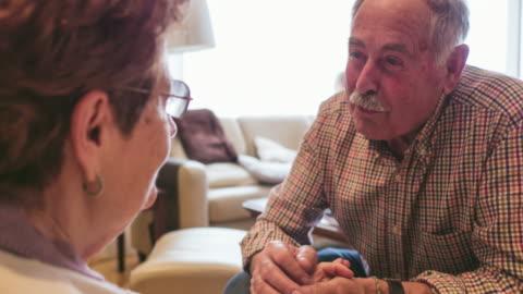 vídeos y material grabado en eventos de stock de senior old man caring about his sister - enfermedad de alzheimer