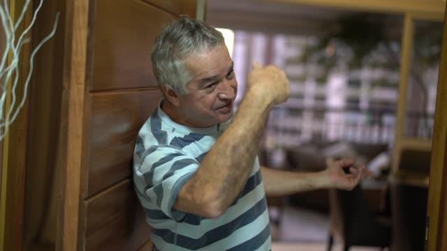 vídeos de stock e filmes b-roll de senior opening his front door - arrendamento de casa