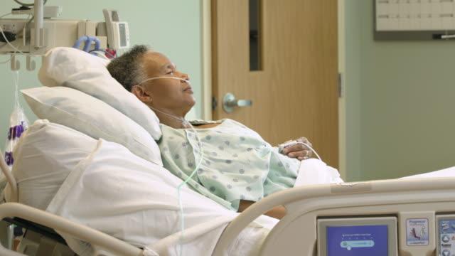 vídeos de stock e filmes b-roll de senior patient recovering in hospital icu - só uma mulher idosa
