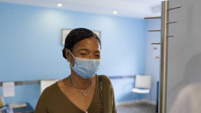 vidéos et rushes de patient aîné visitant le docteur pendant la pandémie de virus de corona - salle d'attente