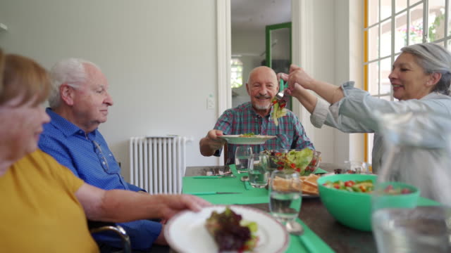 vídeos de stock, filmes e b-roll de idosos tomando café da manhã em casa de repouso - mesa de jantar