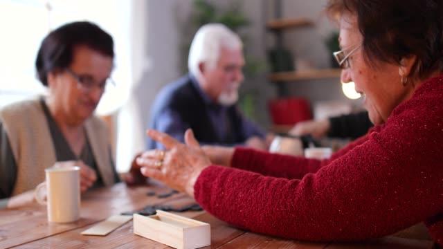 anziani in casa di cura - scacchi video stock e b–roll