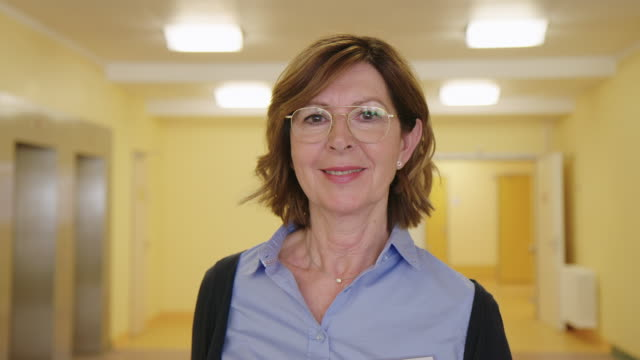 senior physiotherapeut im rehabilitationszentrum - kopfbild stock-videos und b-roll-filmmaterial