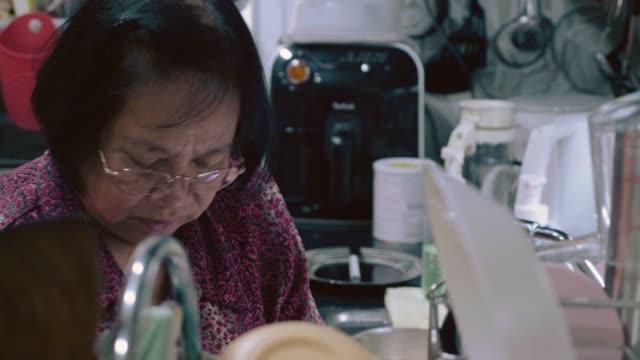 エビを準備するシニア - 車海老料理点の映像素材/bロール