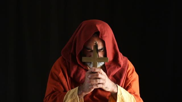 vídeos de stock, filmes e b-roll de sênior padre orar no escuro, atravesse na mão - padre