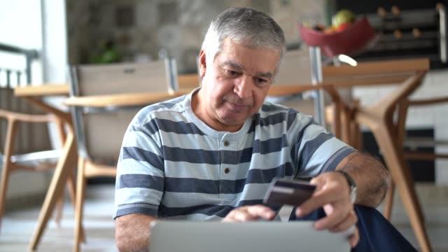 vidéos et rushes de principal d'acheter certains itens sur internet - seniornaute