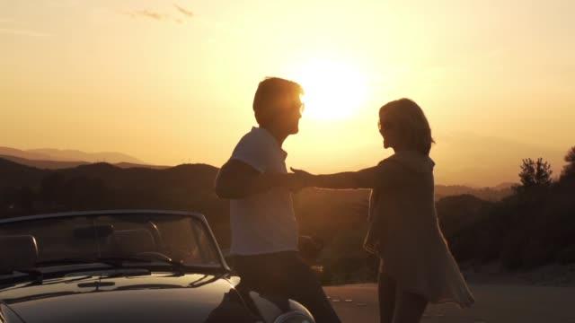 vídeos de stock, filmes e b-roll de senior road viagem casal amante do sol dançar beijando romance - oeste dos estados unidos