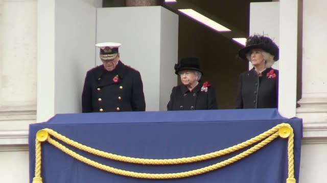 stockvideo's en b-roll-footage met senior royals and politicians lay wreaths during the remembrance sunday service at the cenotaph on whitehall, with the queen watching on from a... - krans