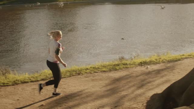 senior läufer im melbourne park - aktiver lebensstil stock-videos und b-roll-filmmaterial