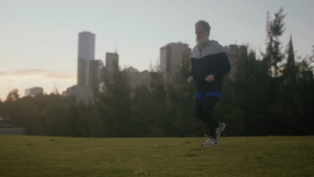 senior runner in melbourne (slow motion) - solo un uomo anziano video stock e b–roll