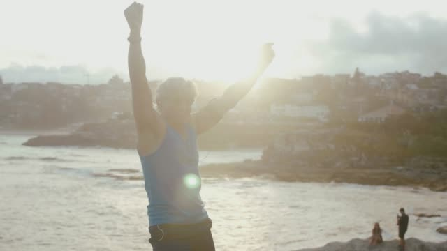 senior läufer nimmt eine pause (zeitlupe) - positive emotionen stock-videos und b-roll-filmmaterial