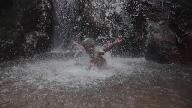 Principal est situé sur une rivière de montagne dans une rivière de montagne dans la forêt profonde en Thaïlande.