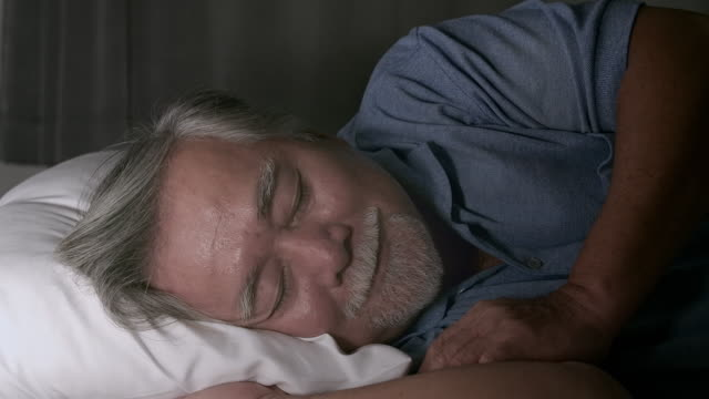vídeos de stock, filmes e b-roll de idoso dormindo calmamente - dormindo