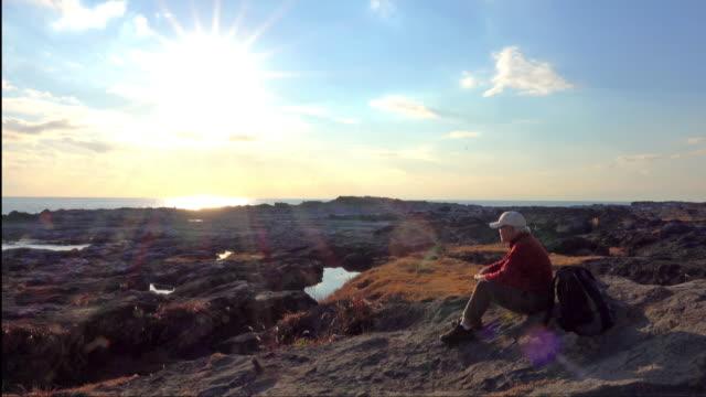 シニア観光休憩 - 太陽 - 老化点の映像素材/bロール