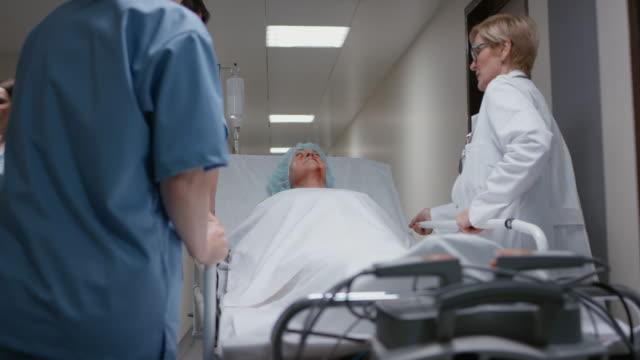 DS sénior traumatismo doente a ser transportados na corredor
