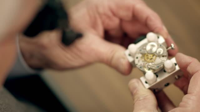 senior watchmaker montage uhr - genauigkeit stock-videos und b-roll-filmmaterial