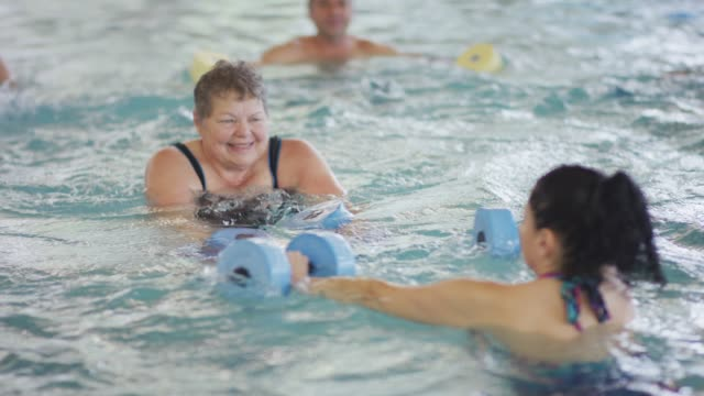 stockvideo's en b-roll-footage met senior water aerobicsklasse - schoppen lichaamsbeweging