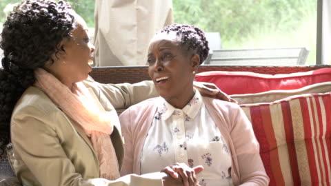 vídeos y material grabado en eventos de stock de mujer mayor, hija adulta sentada juntos conversando - two people