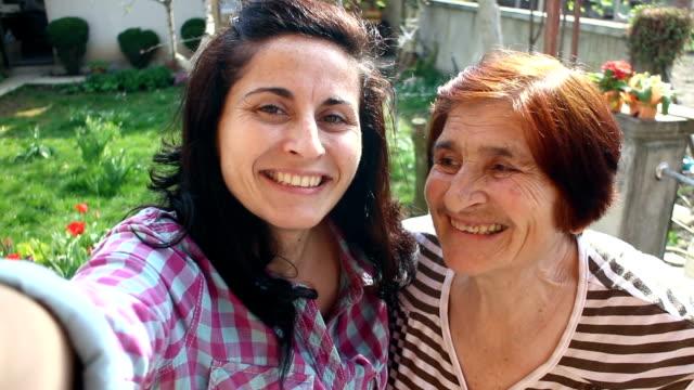 Senior vrouw en haar dochter maken selfie
