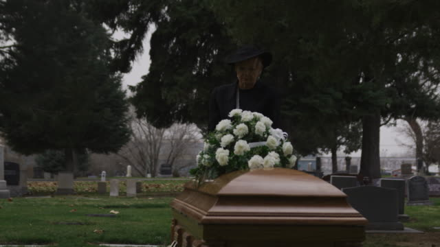 stockvideo's en b-roll-footage met senior woman at a funeral - weduwe