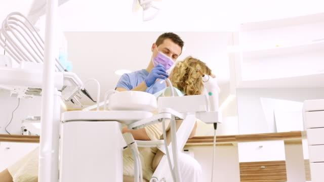 vidéos et rushes de femme senior au cabinet dentaire - dentiste