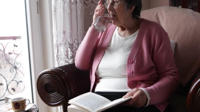 Femme Senior à la maison