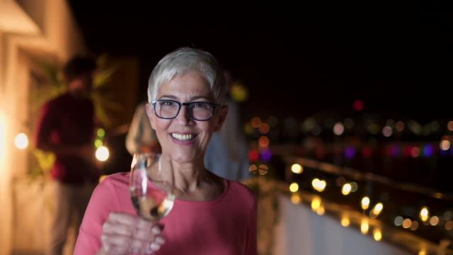 vídeos de stock e filmes b-roll de senior woman at party - cabelo grisalho